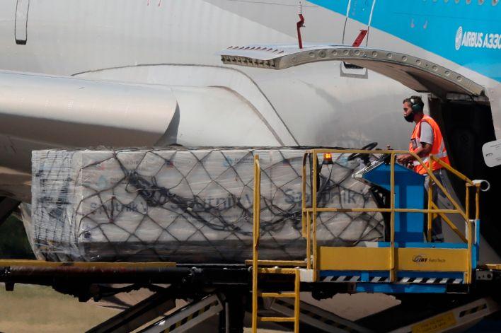 Operarios descargan un avión de Aerolíneas Argentinas los primeros contenedores de la vacuna rusa Sputnik V contra la covid-19. EFE/Juan Ignacio Roncoroni/Archivo