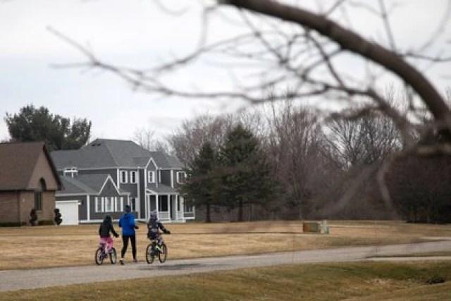 Un grupo de niños juegan en un vecindario de Salem Township, Michigan, durante la pandemia por el coronavirus. REUTERS/Emily Elconin