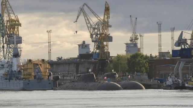 Una foto de archivo de la base naval de Severodvinsk, con dos submarinos de propulsión nuclear clase Akula en el centro (Shutterstock)