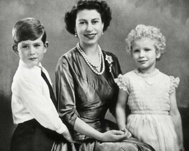 La reina Isabel Ii con sus hijos, el príncipe Carlos y la princesa Ana, en enero de 1955