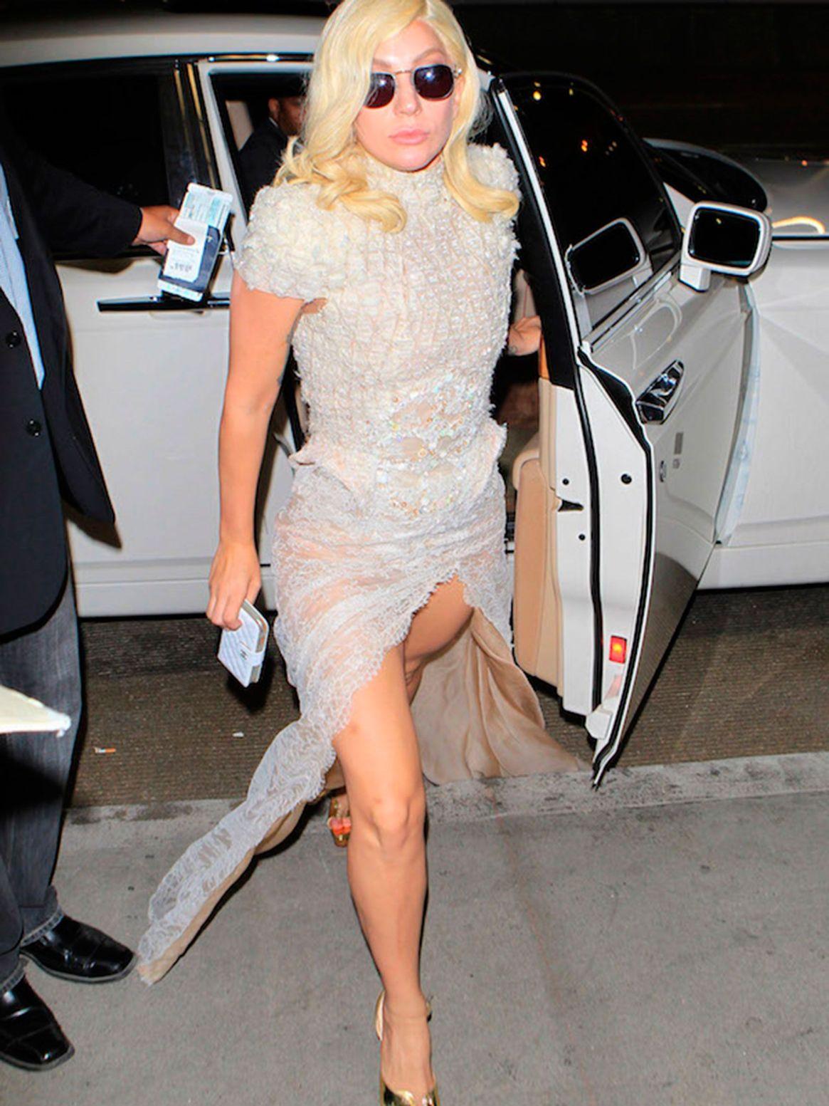 Lady Gaga con un modelo del exclusivo diseñador.