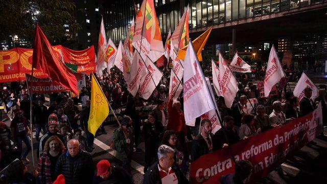 Cientos de personas protestaron contra la reforma (AFP)