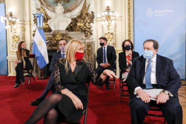 La ministra de Justicia Marcela Losardo con el abogado León Arslanian durante el acto de presentación de la comisión (foto Presidencia de la Nación)