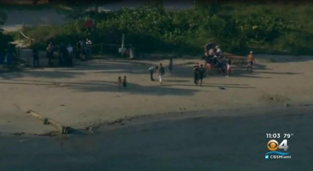 Elvia Venegas y su hijo de 9 años nadaron en la playa de Virginia Beach hasta que una fuerte corriente marina los sorprendió y comenzó a arrastrarlos por el agua durante la tarde del pasado lunes. (Foto: captura de pantalla de CBS Miami)