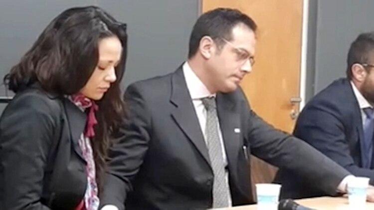 El médico escuchó el veredicto serio y tomado de la mano de su mujer