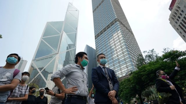 Los manifestantes pro-democracia de Hong Kong marcharon en el centro de la ciudad ante los planes de la líder de la ciudad de desplegar poderes de emergencia para prohibir el uso de máscaras (Foto AP/Vincent Thian)