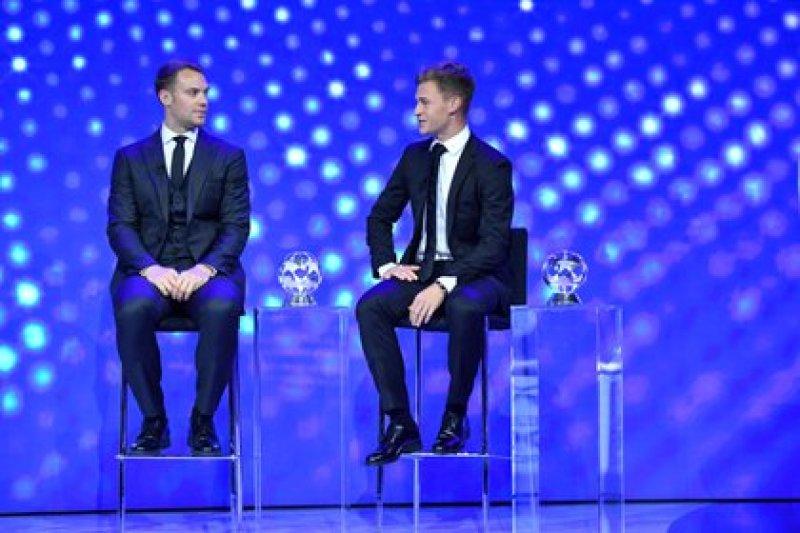 Joshua Kimmich y Manuel Neuer recibieron premios individuales durante el sorteo de la Champions League (REUTERS)