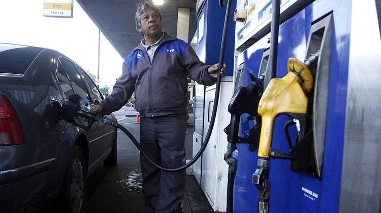 La caída en los precios del crudo no impactó fuertemente en los surtidores. (DyN)
