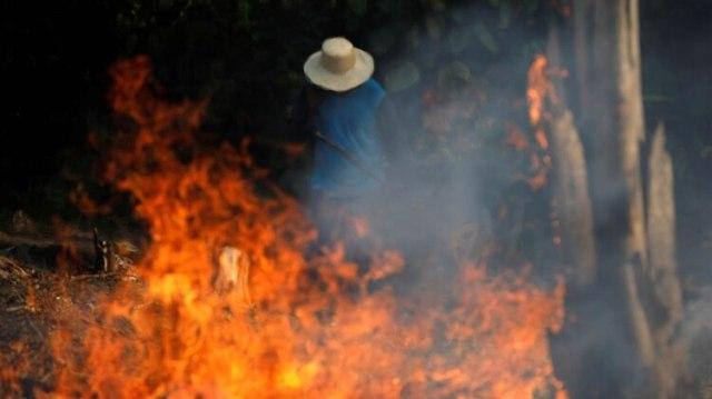 Un hombre trabaja en una zona en llamas de la selva amazónica en Iranduba, Brasil, el 20 de agosto de 2019 (Reuters/ Bruno Kelly)