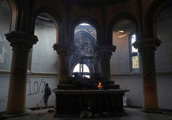 Manifestantes encapuchados atacaron dos iglesias del centro de Santiago (REUTERS/Ivan Alvarado)