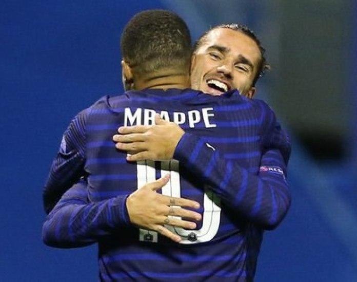 Griezmann y Mbappé, autores de los goles con los que Francia le ganó a Croacia por la Liga de Naciones de la UEFA (REUTERS/Antonio Bronic)