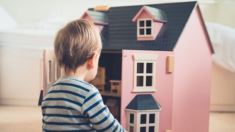 El marketing contribuye a la transmisión de modelos sociales, en los que no es bien visto, por ejemplo, que un nene juegue con muñecas (Shutterstock)