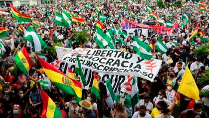 File photo: People protest on March 15, 2021 against the arrest of former interim president Jeanine Áñez, in the city of Santa Cruz (Bolivia) (EFE / Juan Carlos Torrejon)