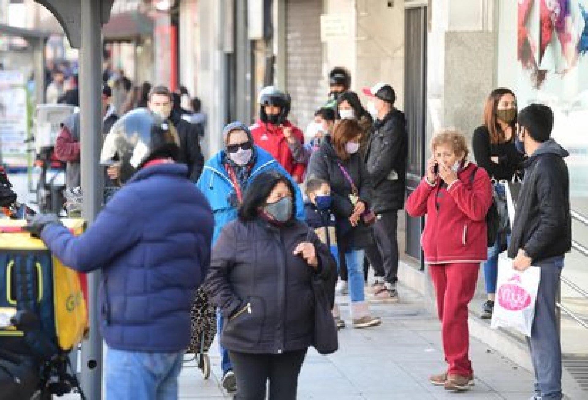 El panorama en las entradas de los comercios en el centro del municipio de Avellaneda es similar al de Quilmes. Clientes que se amontonan en las puertas, corriendo riesgo en medio de la pandemia