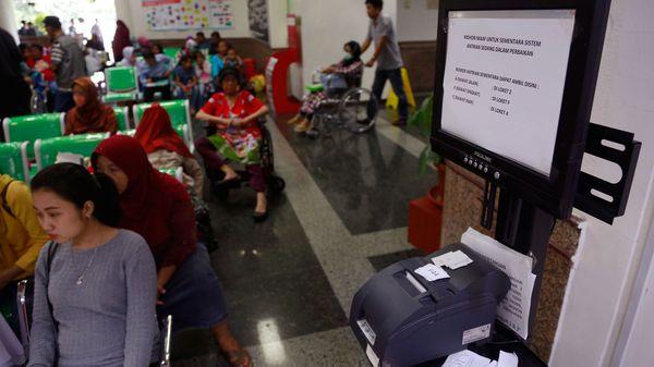 Varios servicios resultaron afectados por el ciberataque. Este organizador de turnos en un hospital de Indonesia quedó inutilizado por el WannaCry (AP)