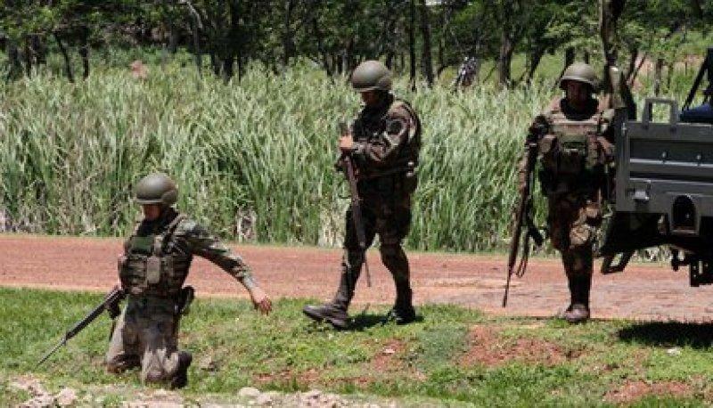 Soldados paraguayos detienen y examinan vehículos y sus conductores como medidas contra el grupo armado Ejército del Pueblo Paraguayo (REUTERS/Jorge Adorno)