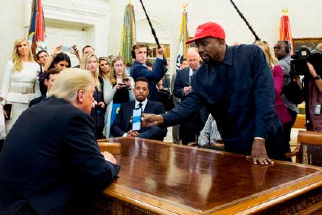 Fotografía tomada en octubre de 2018. Ell presidente de los Estados Unidos, Donald Trumpy ell rapero estadounidense Kanye West en el Despacho Oval de la Casa Blanca, en Washington DC (EFE)