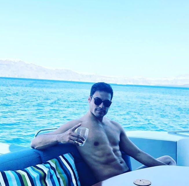 Carlos Rivera también estuvo en Santorini, Grecia. (Foto: Instagram)