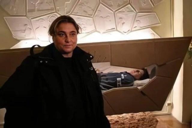 Antonia junto al cuerpo de su hijo