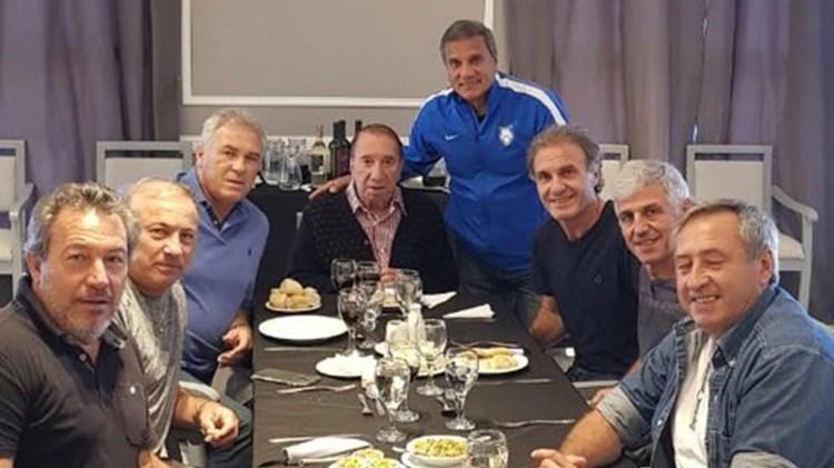 """La foto del almuerzo con siete de sus dirigidos en el Mundial de México 1986. """"Qué lindo reencontrarnos todos con Carlos comiendo un asado"""", escribió Pumpido en su cuenta de Twitter sobre el momento"""