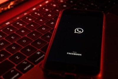 Sensor Tower reportó que en los primeros siete días del 2021, WhatsApp tuvo una caída de 11% en las nuevas descargas (Foto: Lam Yik/Bloomberg)