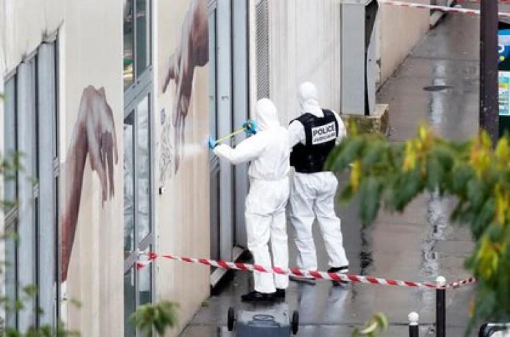 Los expertos forenses investigan la escena del incidente cerca de las antiguas oficinas de la revista francesa Charlie Hebdo (REUTERS/Gonzalo Fuentes)