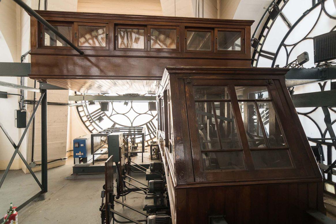 El séptimo piso -con acceso restringido- la máquina del reloj es la original