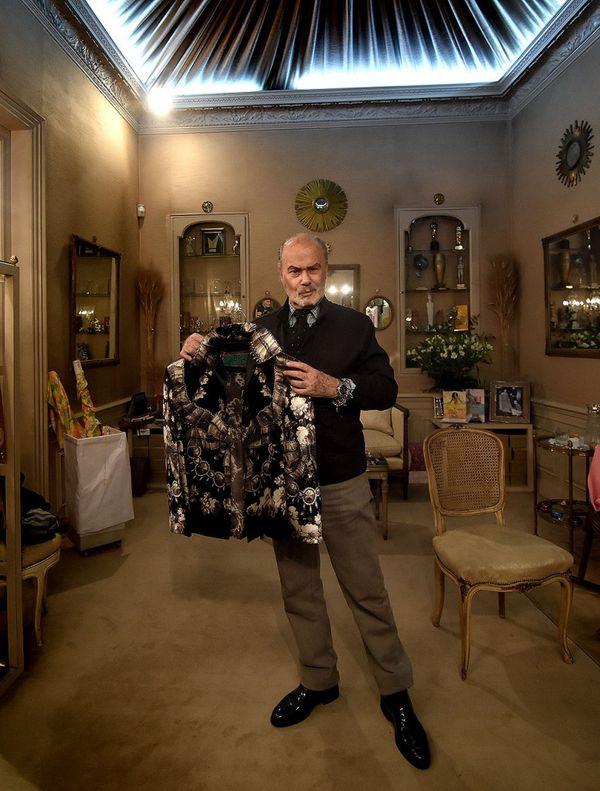 Gino Bogani junto a una chaqueta de seda diseñada hace 18 años para una clienta, sus creaciones trascienden temporada tras temporada (Nicolás Stulberg)