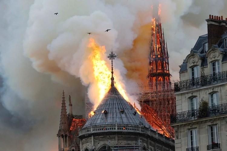 Un incendio estalló el lunes en la Catedral de Notre Dame en París, causando el derrumbe de la aguja, y despidiendo columnas de humo y cenizas sobre los turistas alrededor.