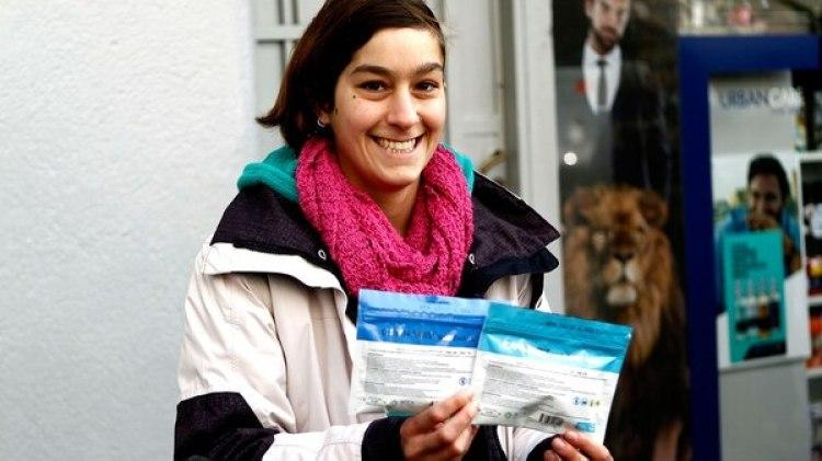 Una joven con sus paquetes de cannabis, durante el primer día de venta en farmacias (EFE)