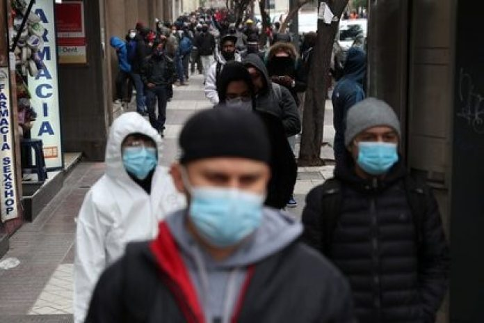FOTO DE ARCHIVO. Personas hacen una fila para solicitar subsidios de desempleo en una oficina de la Administradora de Fondos de Cesantía (AFC), en Santiago, Chile. 8 de junio de 2020. REUTERS/Iván Alvarado