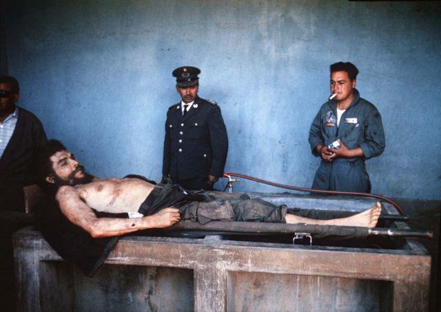 """El cuerpo de Ernesto """"Che"""" Guevara el 10 de octubre de 1967 (AFP)"""