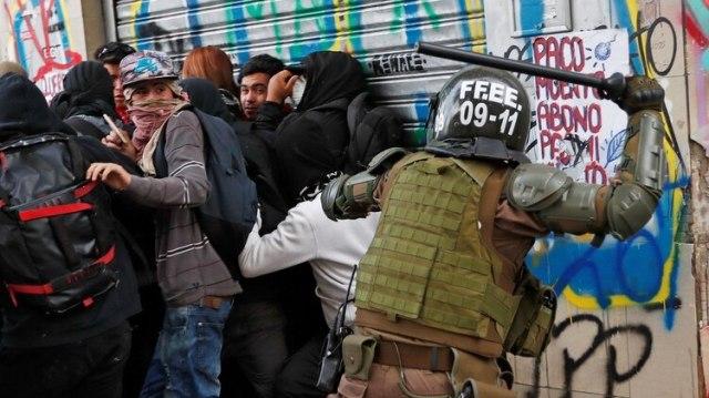 Policías fueron acusados de golpear a transeúntes de manera injustificada (Reuters)