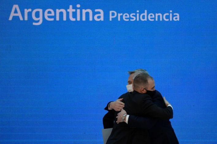 Alberto Fernández en un abrazo con el ministro Martín Guzmán, el día en que fue anunciado el acuerdo con los bonistas