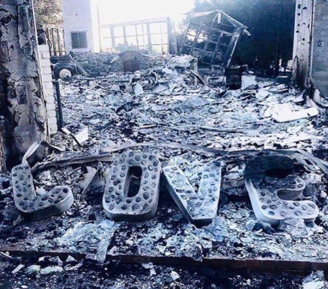 Estas letras fue lo único que quedó de la casa de Miley Cyrus tras el devastador incendio forestal (Twitter: Miley Cyrus)