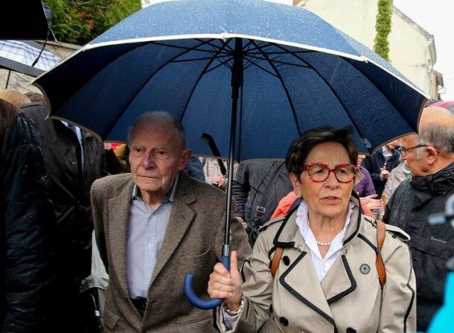 Los padres de Vincent Lambert, Pierre Lambert (izq.) y Viviane Lambert (der.) llegan con miembros de su comité de apoyo al hospital Sebastopol de Reims, en el este de Francia, el 19 de mayo de 2019 (Foto de FRANCOIS NASCIMBENI / AFP)