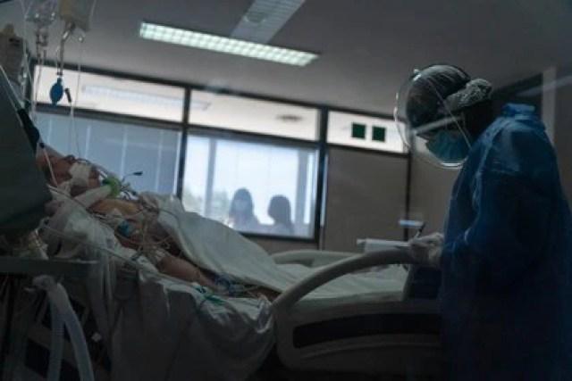 Un enfermero toma los parámetros de un paciente (Foto: Franco Fafasuli)