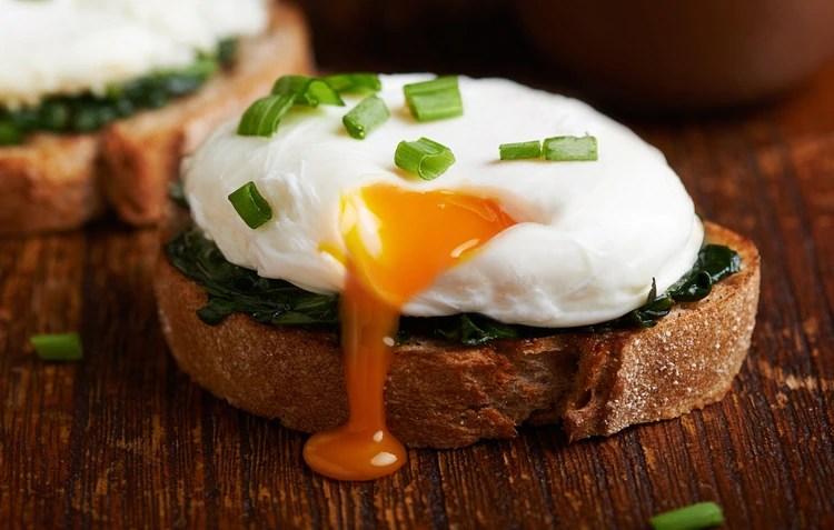 Pocos alimentos contienen tantas vitaminas y minerales como el huevo (Shutterstock)
