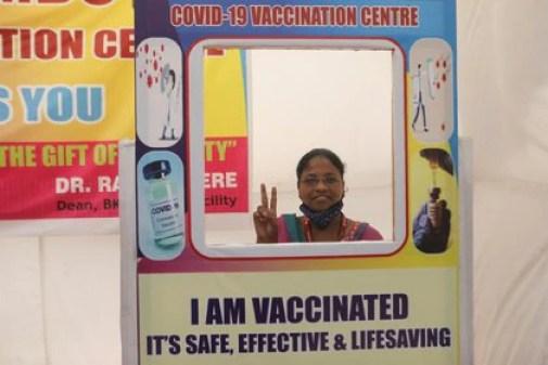 Una mujer posa para una foto con un recorte de cartón después de recibir una dosis de COVISHIELD, una vacuna COVID-19 fabricada por Serum Institute of India (Reuters)