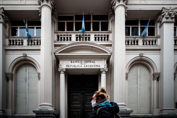 En la imagen una mujer camina frente al Banco Central el pasado 22 de mayo del 2020 en Buenos Aires (Argentina). EFE/Juan Ignacio Roncoroni