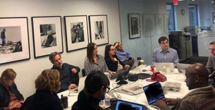 Claudio Cabrera participando de una reunión de trabajo