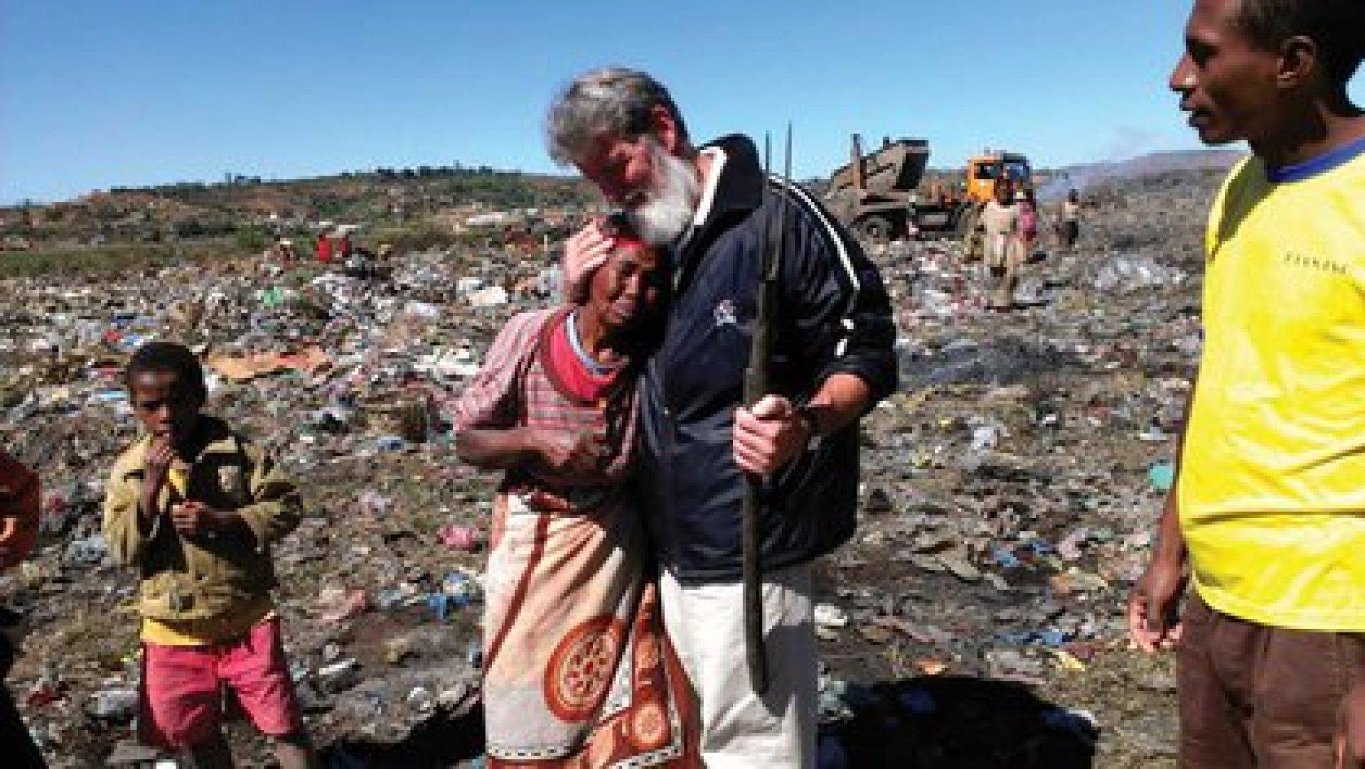 El sacerdote ya tiene 72 años, hace cinco décadas vive en Madagascar y hace treinta años fundó Akamasoa. Según la asociación humanitaria fundada por Opeka, por ejemplo, en 2017 fueron 30.000 las personas que recibieron asistencia temporaria, y más de 13.000 chicos se encontraban escolarizados, desde el nivel inicial hasta el terciario (Archivo DEF)
