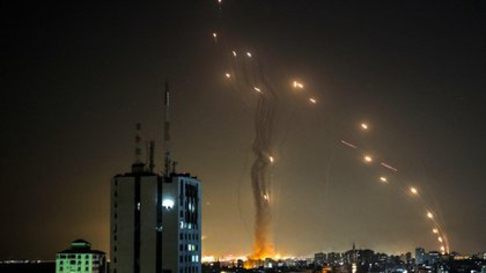 Cohetes lanzados desde Gaza contra la ciudad de Tel Aviv son interceptados por la Cúpula de Hierro (MOHAMMED ABED / AFP)