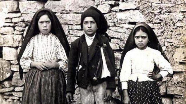 Lucía Dos Santos, Francisco Marto y Jacinta Marto, los pastorinhos que protagonizaron las apariciones de la Virgen María en Fátima, Portugal