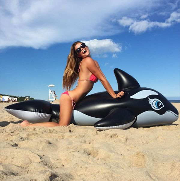 La pasión Nina Agdal: lucir su cuerpo en las paradisíacas playas europeas