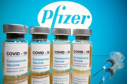 La vacuna de Pfizer y BioNTech utiliza una plataforma novedosa, a partir del material genético del virus, RNA, lo cual constituyó un desafío doble. (REUTERS/Dado Ruvic)