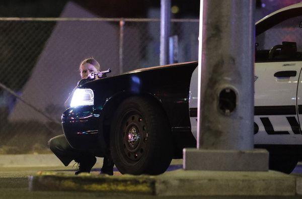 Una policía durante el tiroteo en Las Vegas (AP Photo/John Locher)