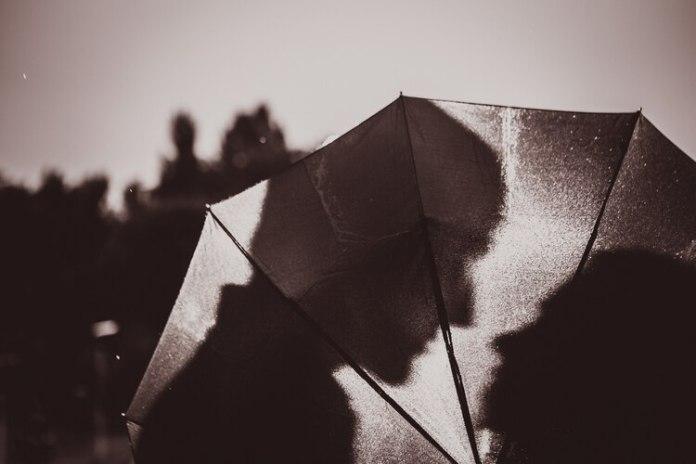 Existen motivos científicos por los cuales las personas se siente más atraídas por los amores prohibidos (Shutterstock)