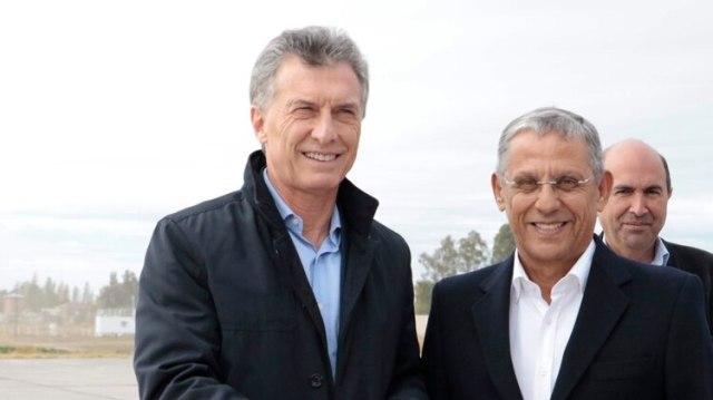 """Mauricio Macri junto al candidato neuquino """"Pechi"""" Quiroga. Ambos salieron heridos de la elección del último domingo (NA)"""