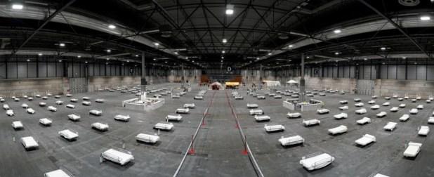 Camas preparadas en un centro de convenciones de Madrid (Reuters)